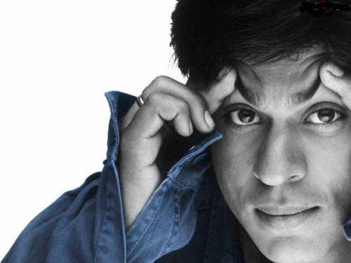 Shahrukhan in tensed... - Becoz of tension he is breaking his head...