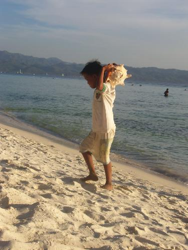child selling shells - As u can see in the picture, that's a child selling shells to tourists in boracay...