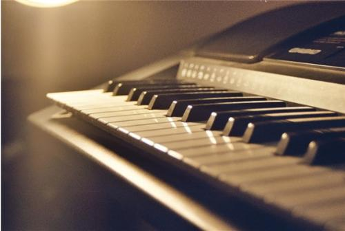 Piano - This is a picture of a piano, i copy from unknown websites, this one is a great photo shot of a piano instrument