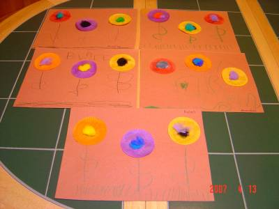 Cupcake Liner Flowers - Cupcake liner flowers, easy craft for preschoolers and toddlers.