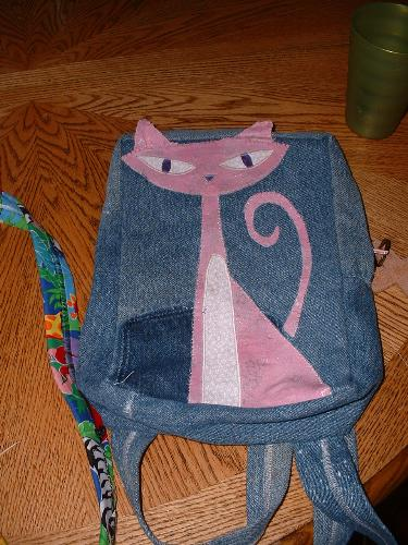 Back to school bag - This is Sydney's bag. She loves cats, so I tried to applique a cat on the front of her bag. Not too bad for my first real application. I did catch one of the ears, though, in the seam at the top. Oh well.