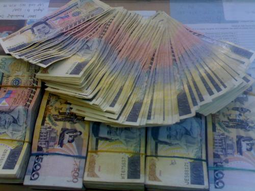 money, cash - 500 pesos bills. what a load to have.