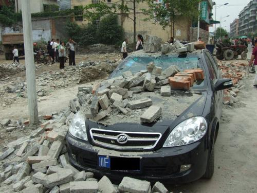 the earthquake happened in Sichuan Province of Chi - This photo shows us how terrible the earthquake happened in Sichuan Province of China is.Buildings collasped,cars were destroyed and a lot of people died.Sad,sigh,and cry.