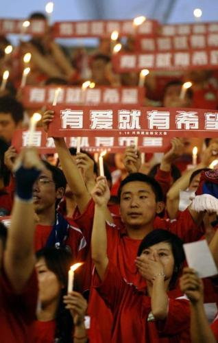 pray for someone - Bofore a football match in Henan Province,fans lit candles to pray for earthquake-affected people in Sichuan.
