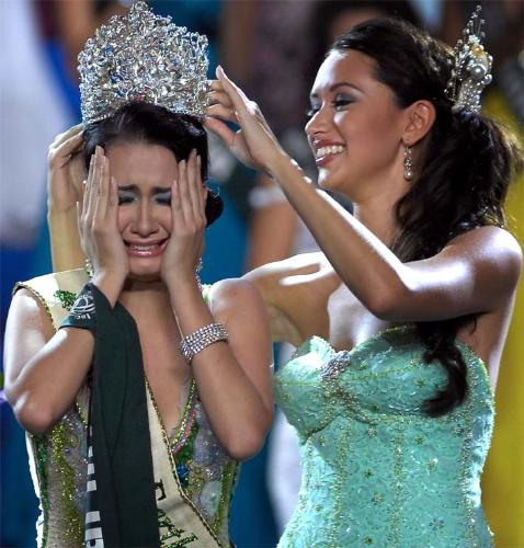 "A winner in a beauty contest is crying! - ""Miss Earth 2008"" is crying after she is named as the winner!"