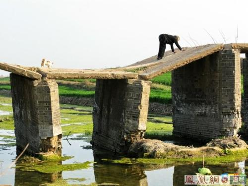 The ruined bridge and the old woman - It is the ruined bridge for years,and villagers should pass it like that