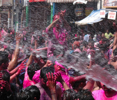 holi - This is a pic of people enjoy Holi. We all play with water and colors in Holi.