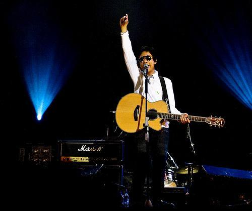 Ely Buendia - Ely raised his hand during the concert