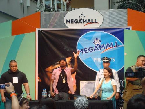 Ne-Yo in manila - Here is a photo during the autograph signing session of Ne-Yo here in Manila.. 2 years ago..