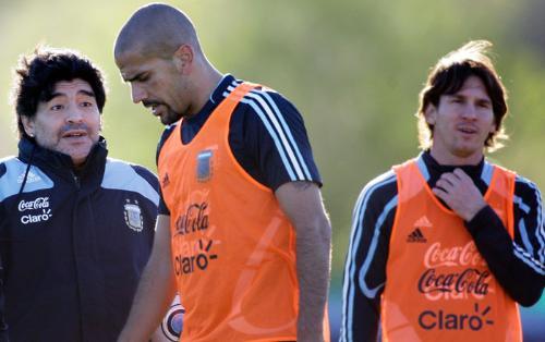 soccer - The technician of the selected Argentinian Diego Armando Maradona, the brujita Verón and Mess Messi.
