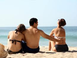 Three person relationship - My friend see a person who don't deserve to be friend with her