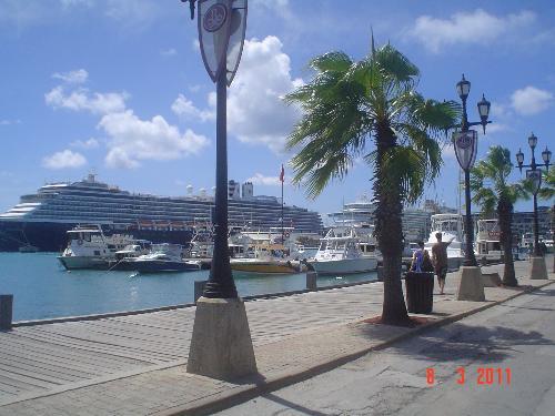 Cruise ships at Aruba - Big cruise ships go to Aruba for tours.