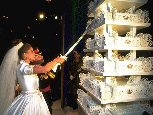 Wedding cake - Back in 1993 the future King of Jordan, Hussien II married. Him and his wife Rania had to cut the cake with a sword!