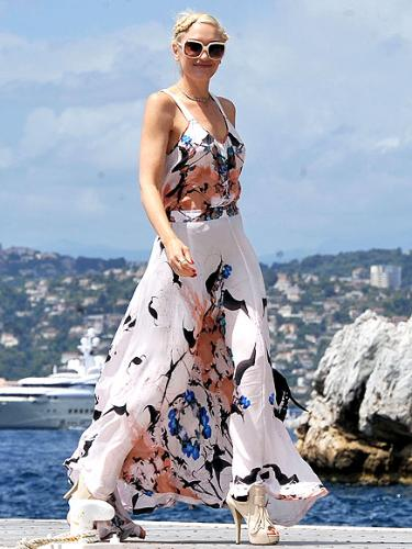 Gwen Stefanti - I like the dress but the shoes look they don't match the dress!