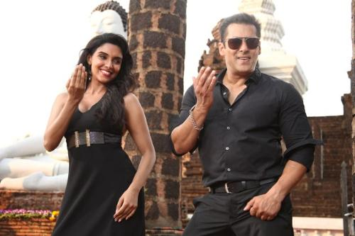 scenes of READY - salman and asin dancing in ready
