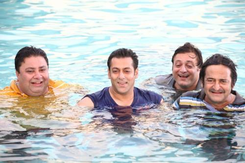 bathing in the pool - on the sets of ready with manoj pahwa,manoj joshi,mahesh manjrekar in the pool