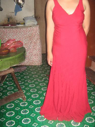 the red gown - This is the gown.. sorry for the messy background, that was in the kitchen hahaha..and i was in pants beneath it thats why i look so big here! lol..just tried it on and my daughter took a picture of me hahaha