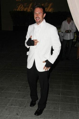 No! No! - David Arquette had a great suit on and he had to ruin it when fingerless black gloves! What an idiot he is!