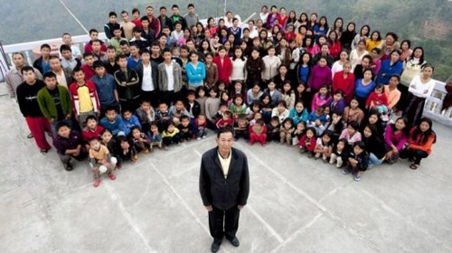 The family - The name of this person is Ziona Chana from Baktawang lives in Mizoram, India, who has 39 wives, 94 children, 14-daughters-in-law and 33 grandchildren. They all live in a 100-room-mansion. It takes 30 whole chickens to make a dinner.