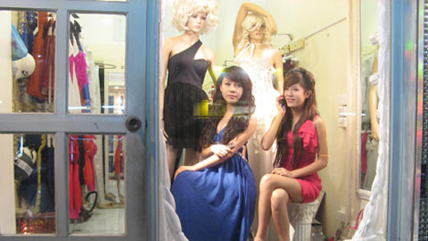 live mannequins - Two students are working as mannequins at a shop.