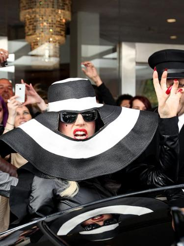 lady gaga - Talk about a crazy look! Only Lady Gaga would do this! LOL!
