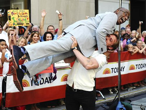 Al gets a lift - While promoting his new movie 'Crazy stupid love',on the Today show Ryan Gosseling decided to lift Al Roker up! That is os funny!