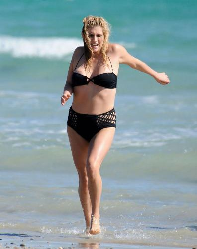 Kesha in a bikini! - Oh dear, I don't know what has happened here.