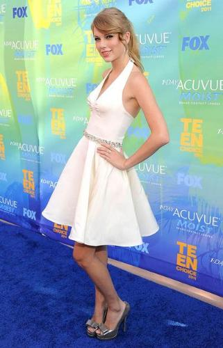 Taylor Swift - Taylor looks cute in this dress she wore to the 'Teen Choice awards'.