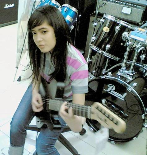 prisa play guitar - she playing her guitar