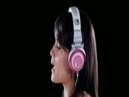 laura listen to music - cinta laura enjoy listening to music