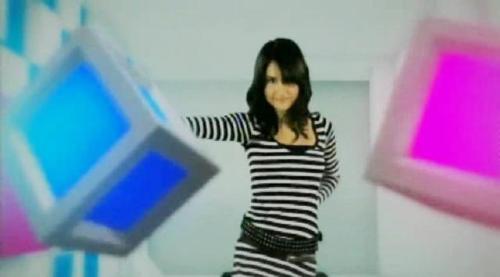 Cinta Laura is behind boxes - Cinta Laura is behind 2 boxes