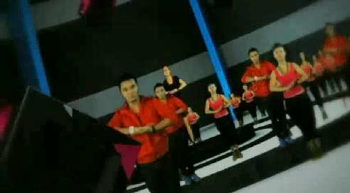cinta laura dancing among friends - laura dancing among her friends