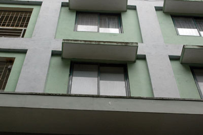 The window below that the girl felt down from it - a disaster for a young girl.