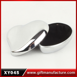 http://www.giftmanufacture.com/upfile/large/Exquisite-Custom-logo-printed-heart-shaped-jewelry-boxes-jewelry-box-wholesale.jpg