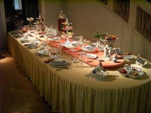 https://commons.wikimedia.org/wiki/File:Meissen-Porcelain-Table.JPG
