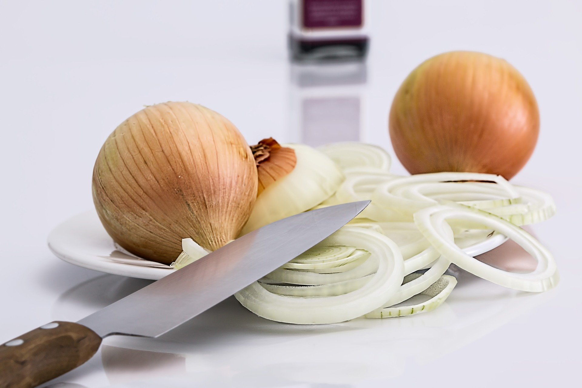 https://pixabay.com/en/onion-slice-knife-food-ingredient-647525/