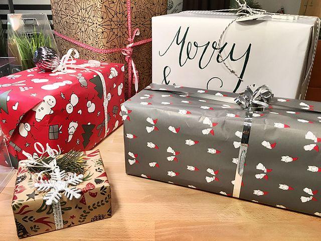 https://commons.wikimedia.org/wiki/File:Weihnachtsgeschenke_-_Christmas_Gifts_(30450462286).jpg