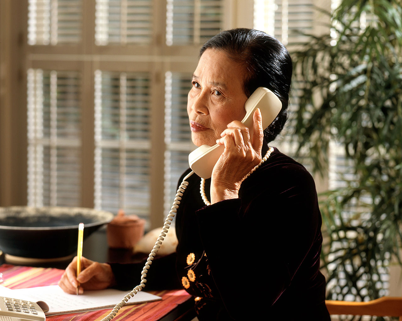 https://commons.wikimedia.org/wiki/File:Woman_talking_on_phone.jpg