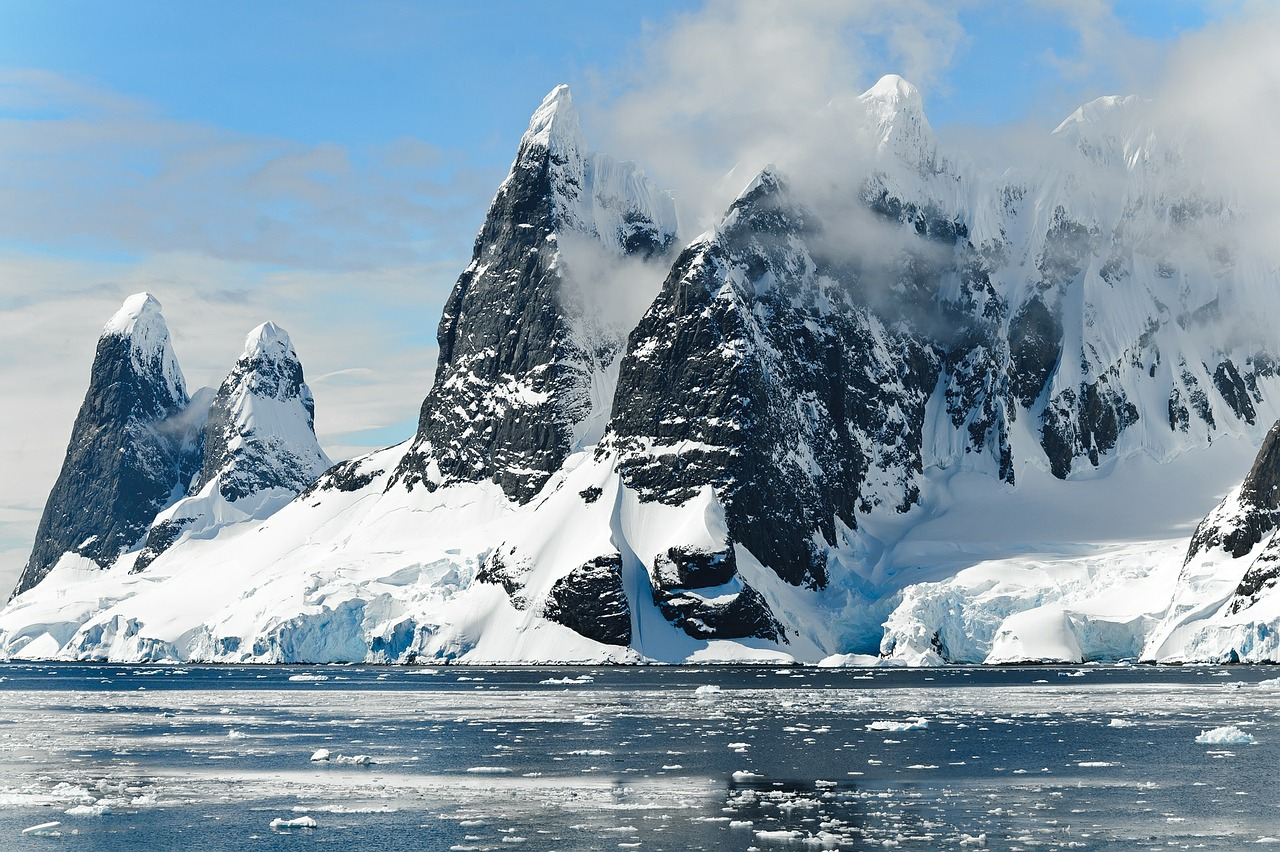 https://pixabay.com/en/mountains-ice-bergs-antarctica-berg-482689/