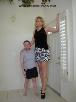 The tallest woman in the world! - The tallest woman in the world on the measure!