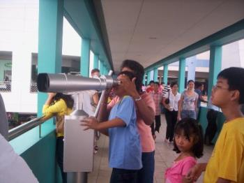 viewdeck - at the back of the mall is a viewdeck. for only five pesos, you can use the telescope to jave a better view of manila bay :)