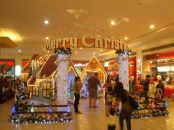 Malling - The holiday cheers at the mall
