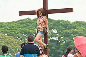 """girl on cross in pampanga - girl on cross with """"provocative"""" pose that went viral"""