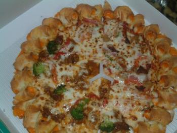 pizza - jpanese pizza hut pizza cheese roll crusts with half demiglasebeef and broccoli and hlf pizza hut gourmet