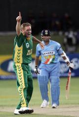 Shaun Pollock and Sachin Tendulkar - Shaun Pollock dismissed Sachin Tendulkar for the ninth time in ODIs as South Africa beat India by 80 runs at Port Elizabeth
