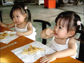 twins - eating