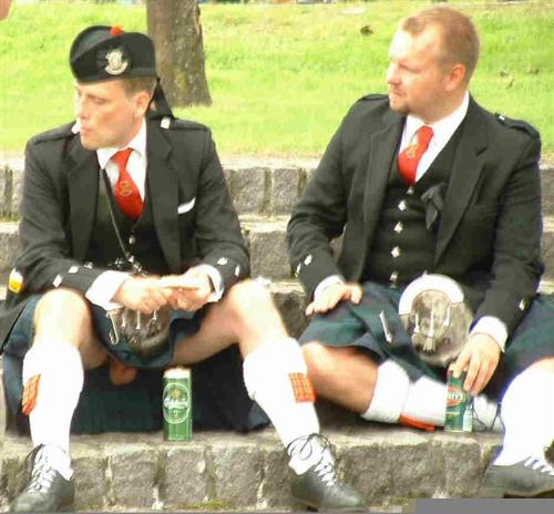 Dangers of Wearing a Kilt - It seems the subject is not aware that he is showing more than he bargained for.