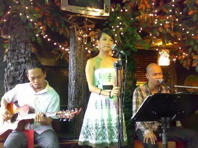 acoustic band - frenchmelt band playing all over manila philippines, they play beautiful love songs.