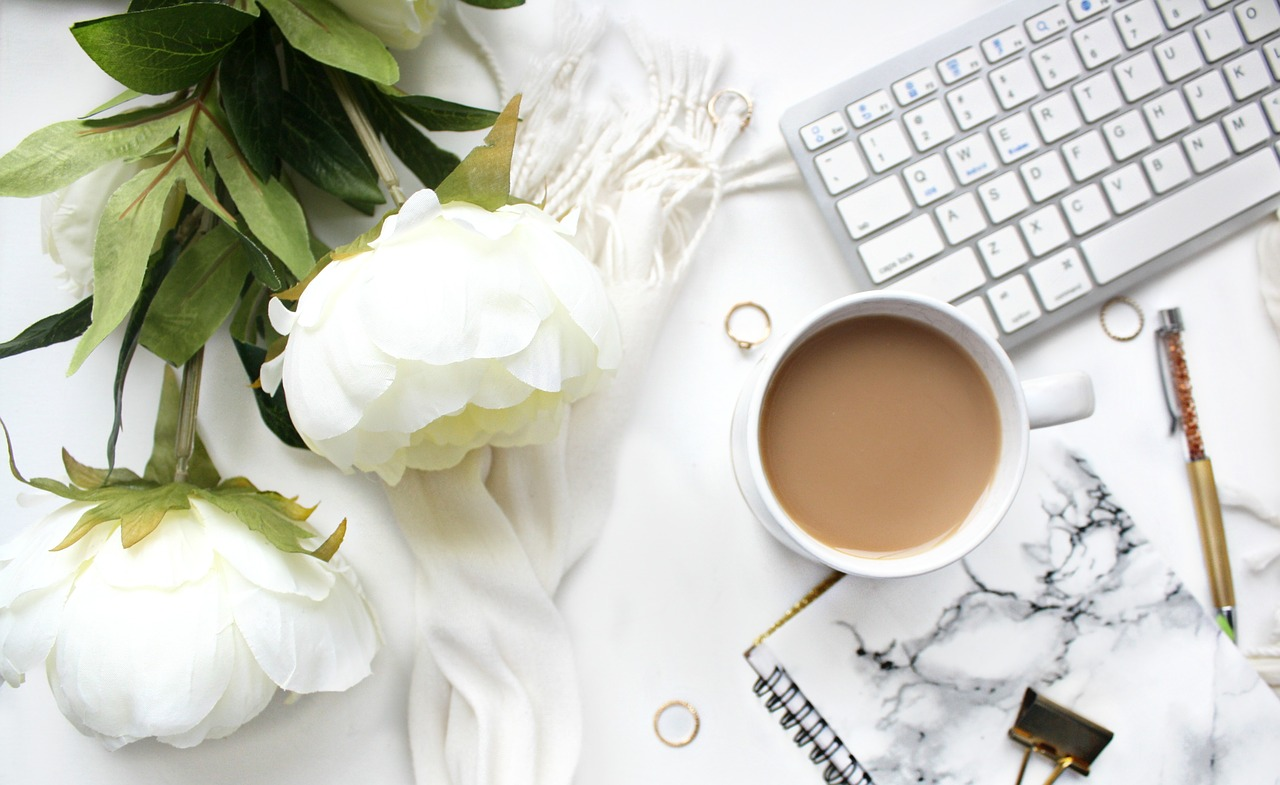 https://pixabay.com/photos/desktop-computer-coffee-flower-2530405/
